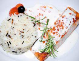 Семга под сливочно-икорным соусом и диким рисом в ресторане