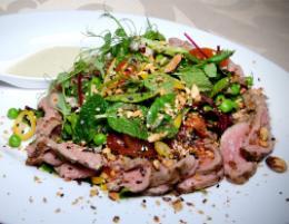 Салат с ростбифом и соусом «Тахини» в ресторане