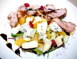 Салат из филе утки «Барбари» с трио сыров в ресторане