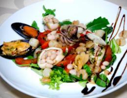 Cалат из морепродуктов с микрогрином из зеленого горошка в ресторане
